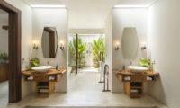 Lataliana Villas His and Hers Bathroom with Bathtub, Seminyak   6 Bedroom Villas Bali