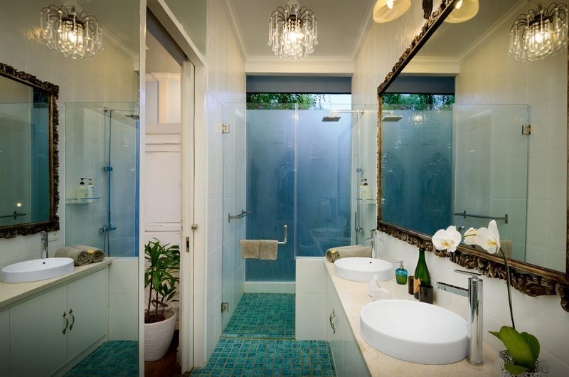 Niconico Mansion His and Hers Bathroom with Mirror, Petitenget   6 Bedroom Villas Bali