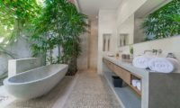 Nyaman Villas Bathroom with Bathtub, Seminyak | 6 Bedroom Villas Bali