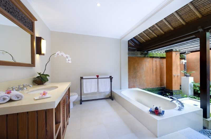Impiana Cemagi Bathroom with Bathtub, Seseh | 6 Bedroom Villas Bali