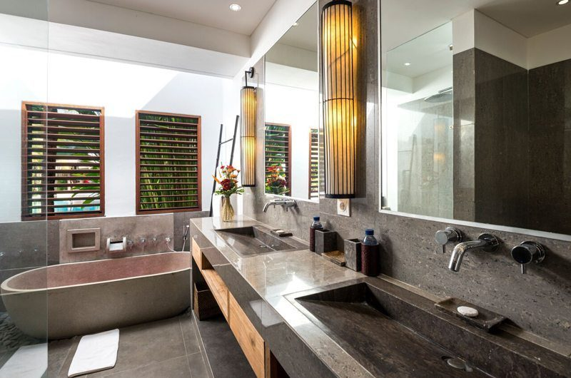 Villa Abakoi Bathroom with Bathtub, Seminyak | 6 Bedroom Villas Bali