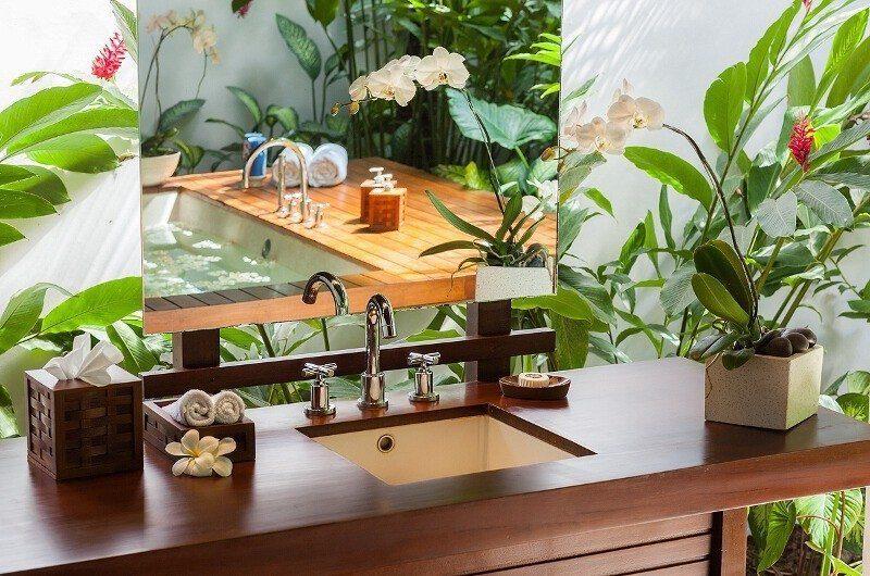 Villa Beji Bathroom with Mirror, Canggu | 6 Bedroom Villas Bali