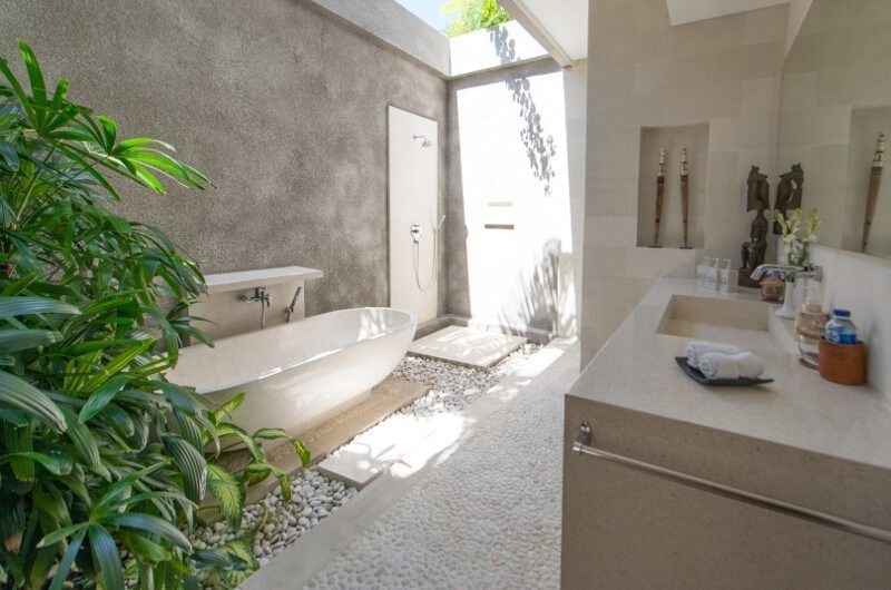 Villa Chocolat Bathroom with Bathtub, Seminyak | 6 Bedroom Villas Bali
