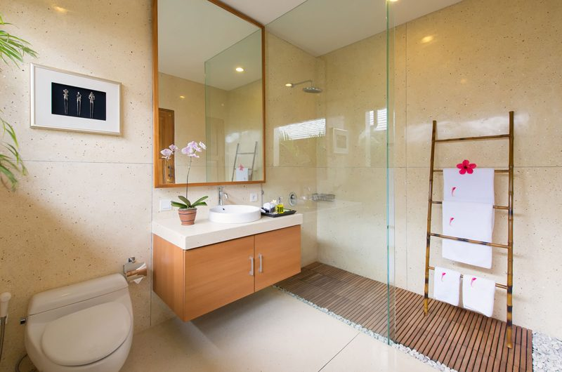 Villa Kinara Bathroom with Mirror, Seminyak | 6 Bedroom Villas Bali