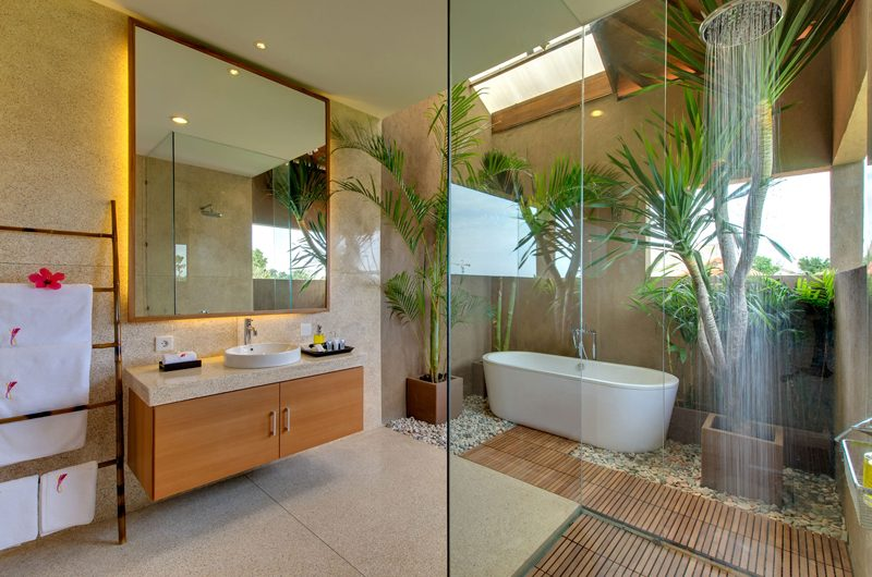 Villa Kinara En-Suite Bathroom with Bathtub, Seminyak | 6 Bedroom Villas Bali