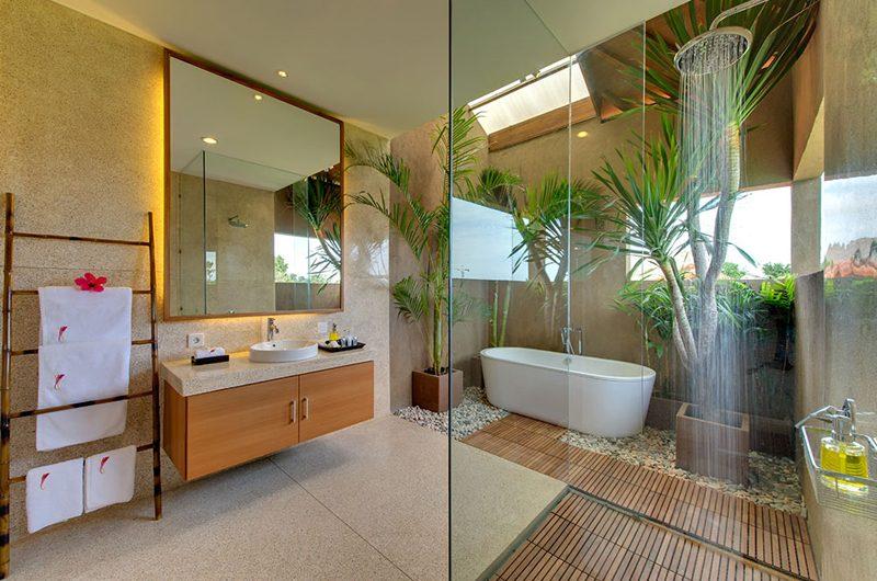 Villa Kinaree Estate Bathroom with Bathtub, Seminyak | 6 Bedroom Villas Bali
