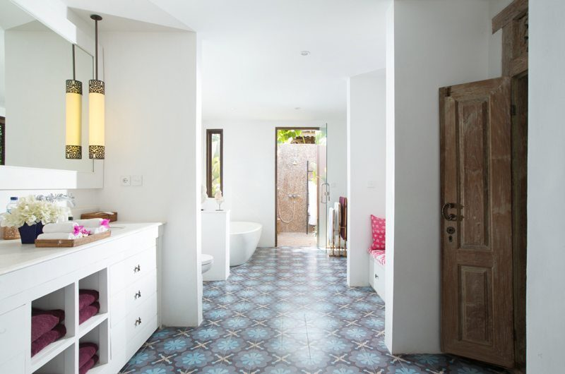 Villa Mamoune En-Suite Bathroom with Bathtub, Umalas | 6 Bedroom Villas Bali