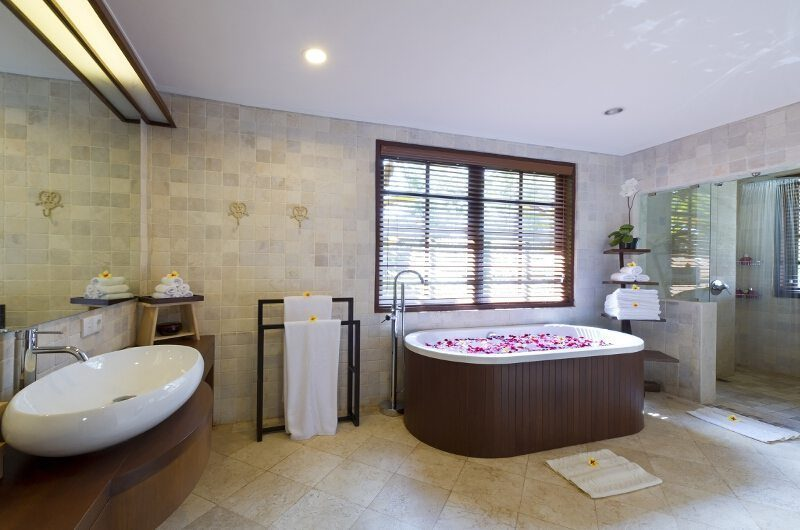 Villa San Bathroom with Bathtub, Ubud | 6 Bedroom Villas Bali