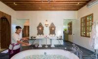 Villa Sayang D'Amour Bathtub with Petals, Seminyak | 6 Bedroom Villas Bali