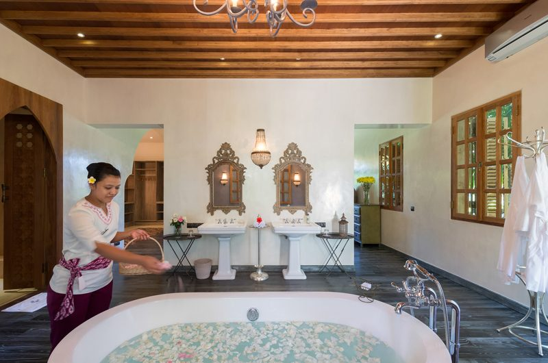 Villa Sayang D'Amour Bathtub with Petals, Seminyak | 6 Bedroom Villas Bali