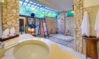 Villa Sungai Tinggi En-Suite Bathroom with Bathtub, Pererenan | 6 Bedroom Villas Bali