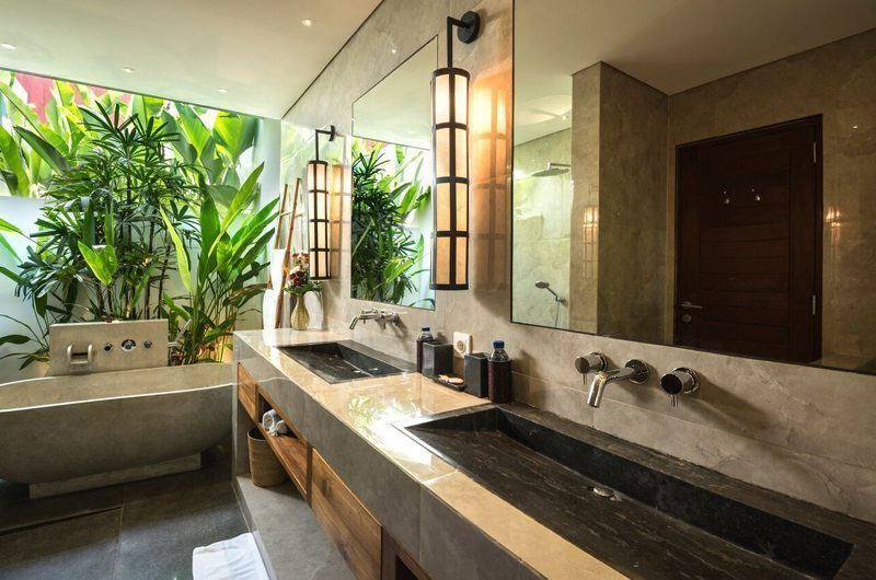 Villa Tangram Bathroom with Bathtub, Seminyak | 6 Bedroom Villas Bali