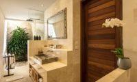 Villa Tiga Puluh Bathroom with Mirror, Seminyak | 6 Bedroom Villas Bali