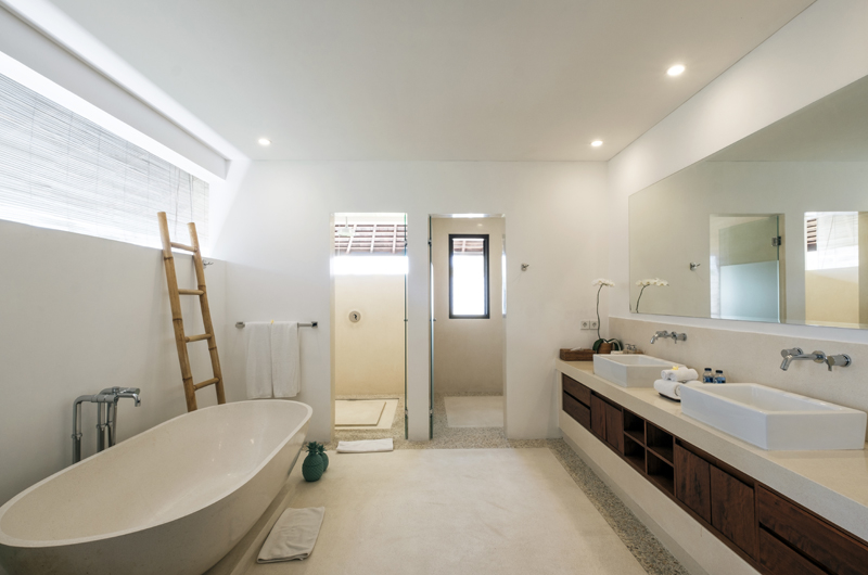 Villa Tjitrap Bathroom with Bathtub, Seminyak | 6 Bedroom Villas Bali